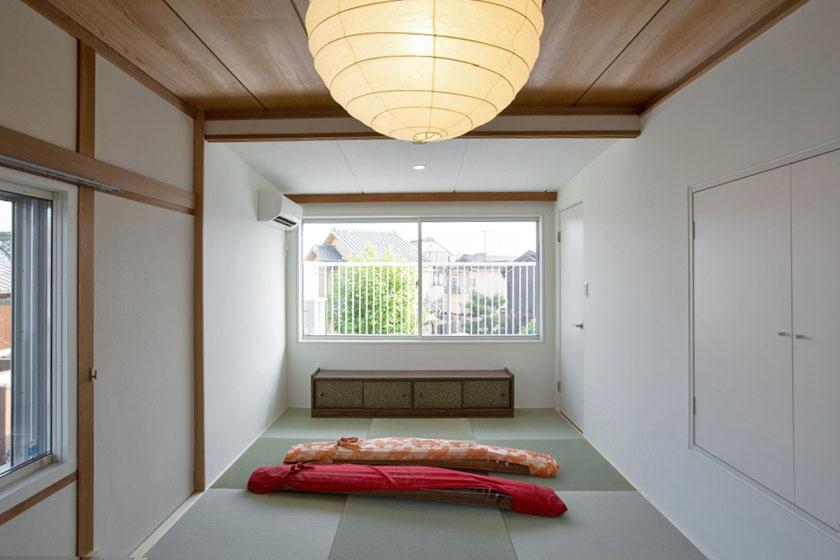 2階の和室にも大きな窓を。の写真