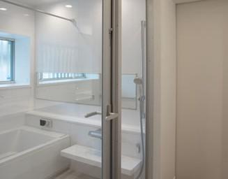 明るく広い浴室です。の写真