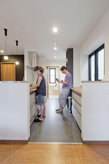 明るく広いキッチン。の写真