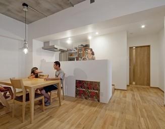 一段高いキッチン。の写真