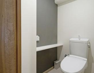 トイレの小さなカウンター。の写真
