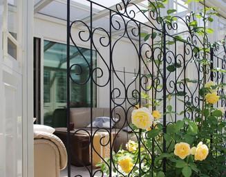 大輪のバラがガーデンルームのアクセントに。の写真