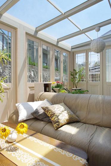 季節を問わず楽しめる光あふれるガーデンルーム。の写真