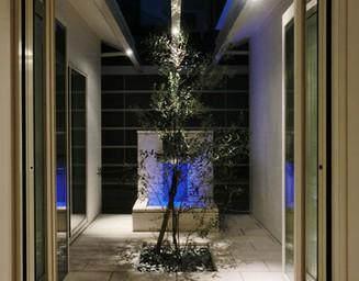 リゾートを思わせる壁泉がエレガント。の写真