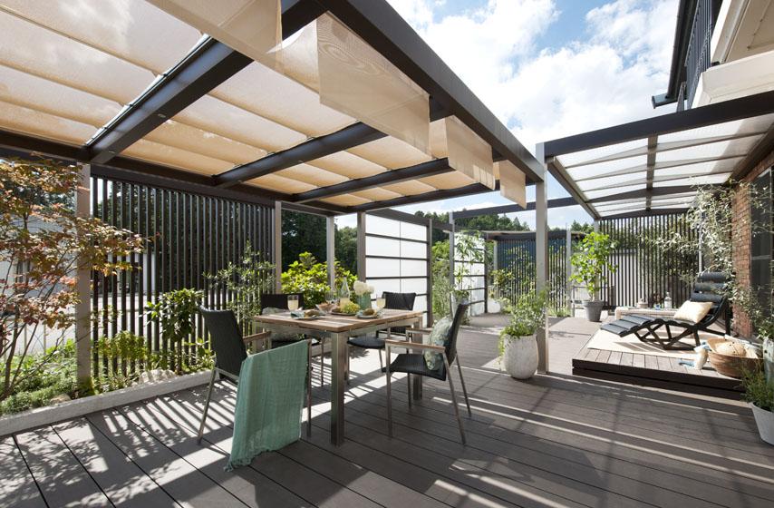 庭をデッキで覆い、開放的なくつろぎ空間を創造。の写真