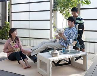 デッキなら、屋外でも裸足やじか座りで過ごせます。の写真
