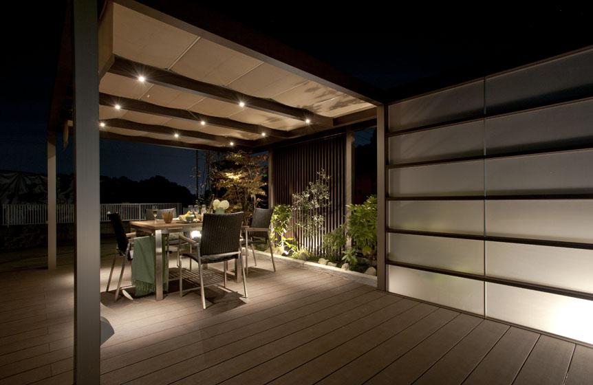 やさしい照明計画で、素敵な屋外ディナー空間を。の写真