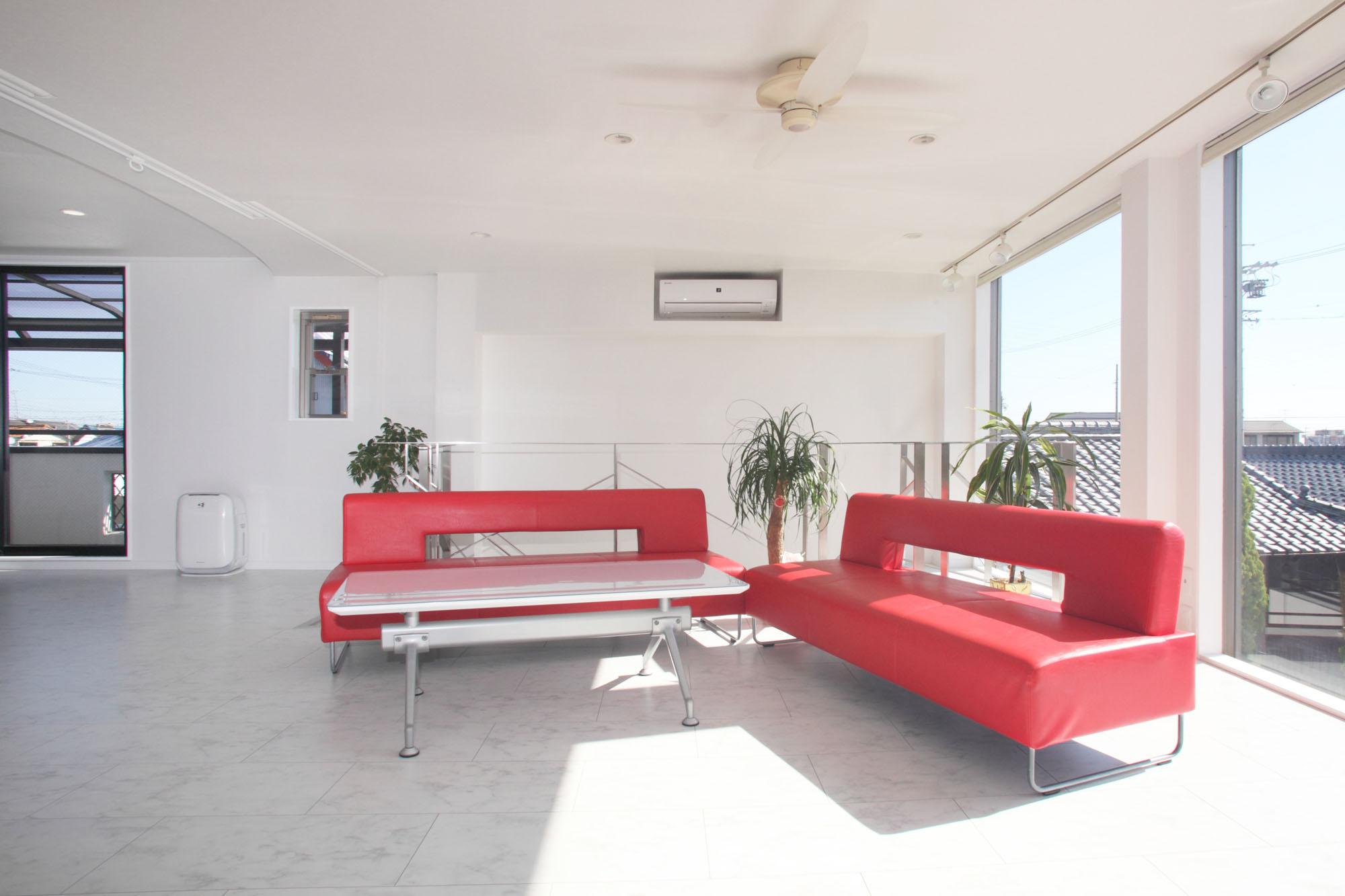 赤いソファとたっぷりの採光。の写真
