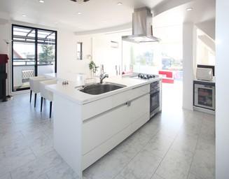 キッチンを中央に、という考え方。の写真