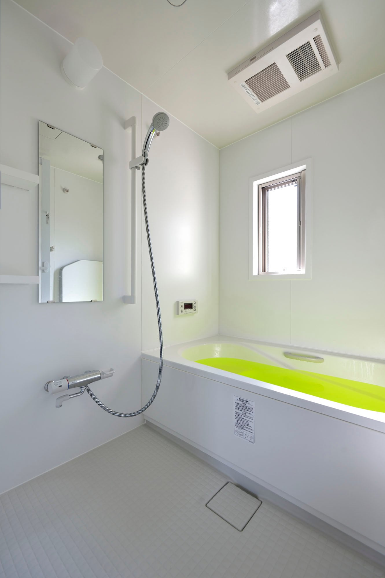 明るく白い浴室。の写真