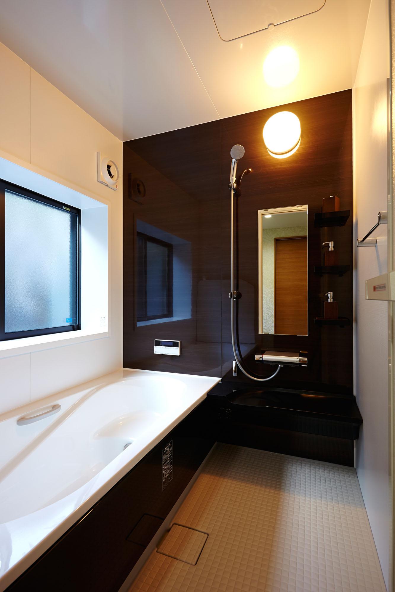 明るくシックな浴室。の写真