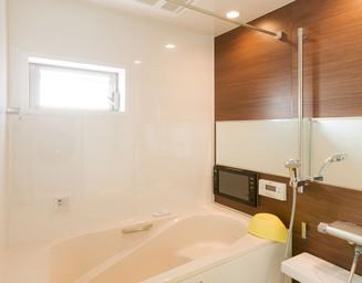 入浴好きの家族には、広さに加えて浴室テレビも。の写真