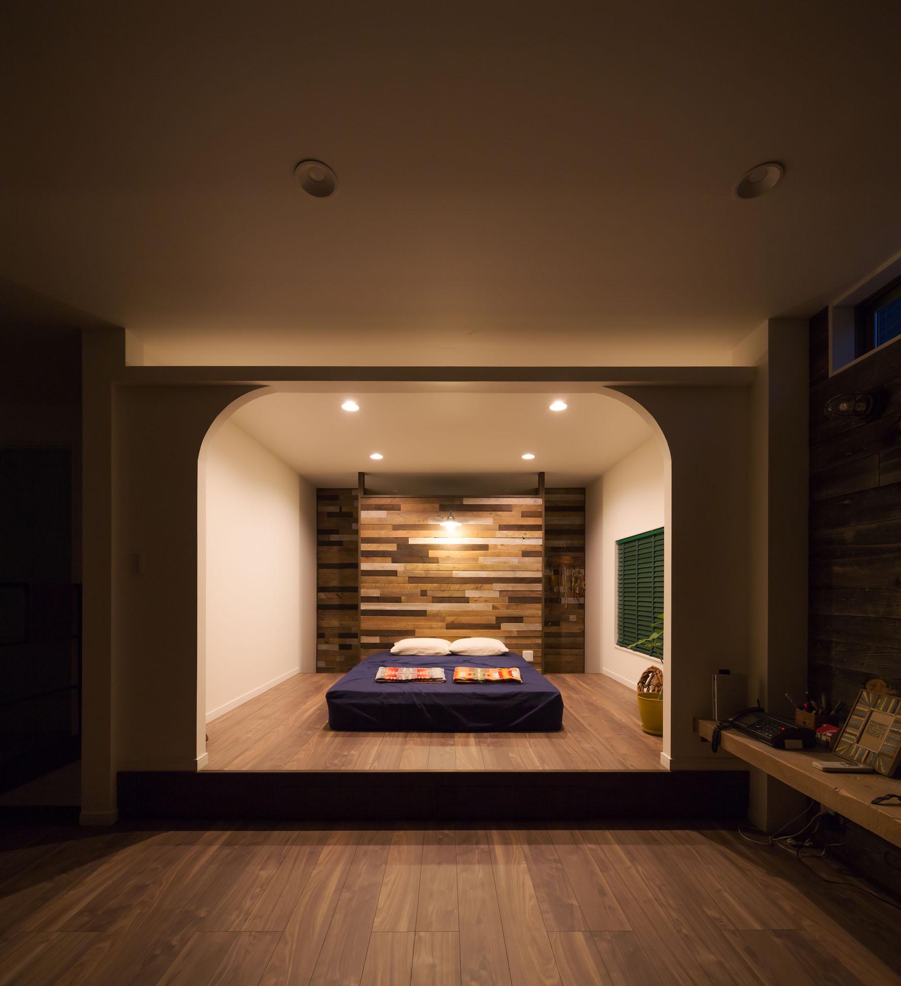 リビングとつなげてゆったり感の寝室。の写真