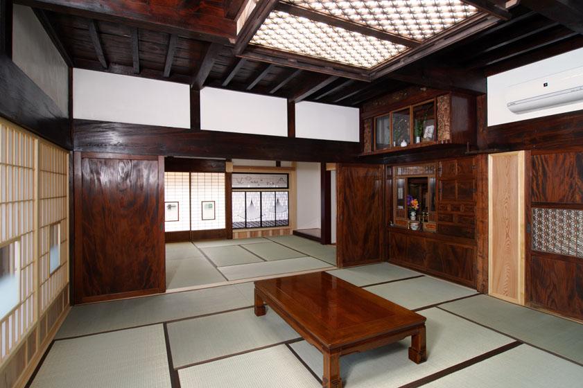 家の歴史が詰まった仏間は、補強の上継承。の写真