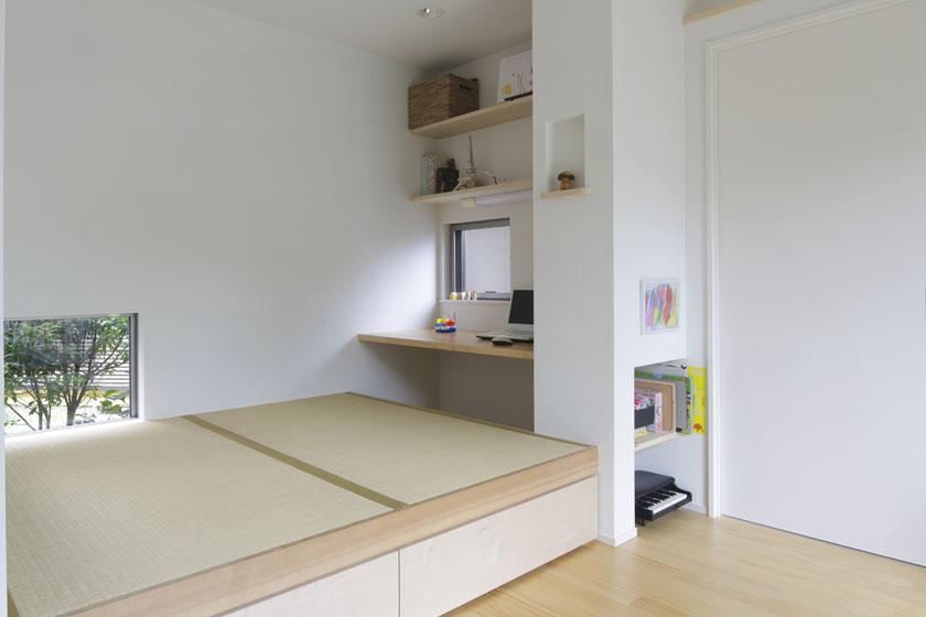 畳の間を利用したワークスペース。下に引出し収納も。の写真
