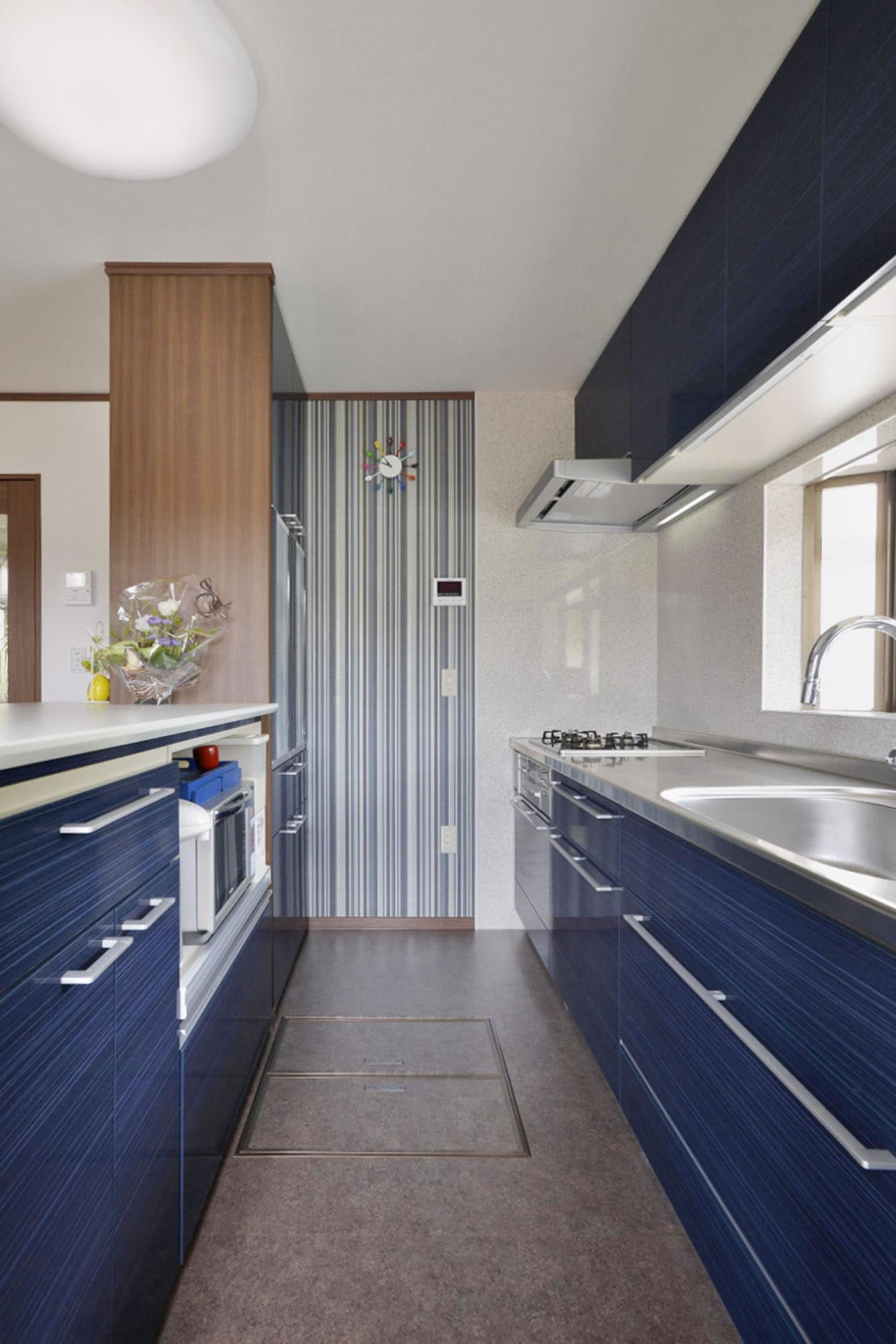 ラピスブルーのキッチン。の写真
