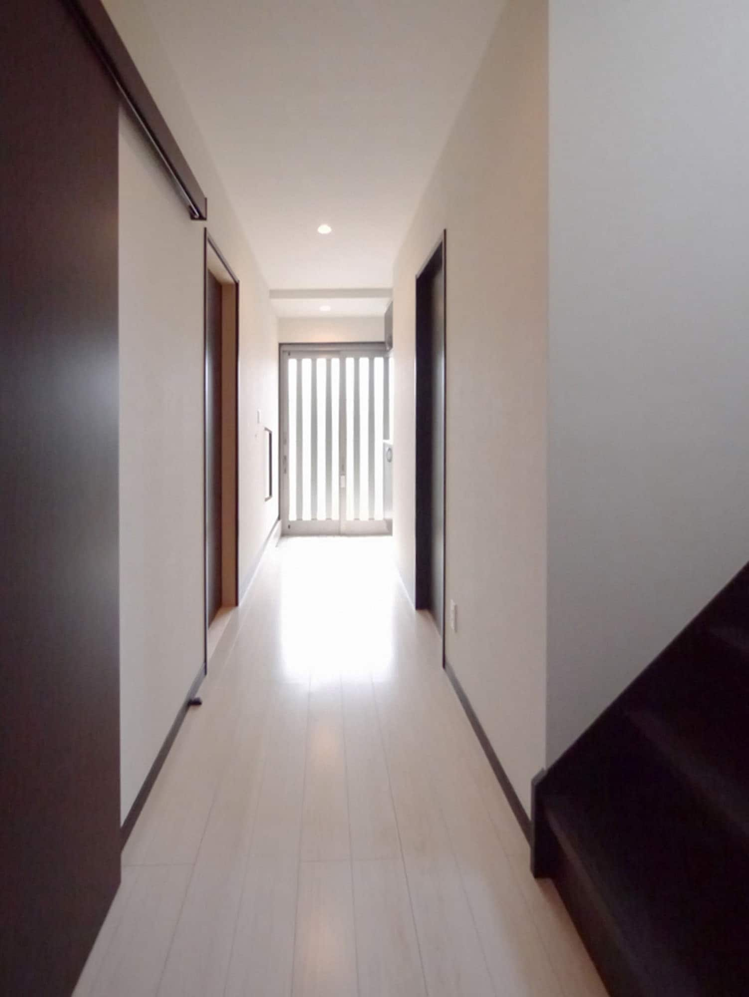 明るい玄関からの採光。の写真