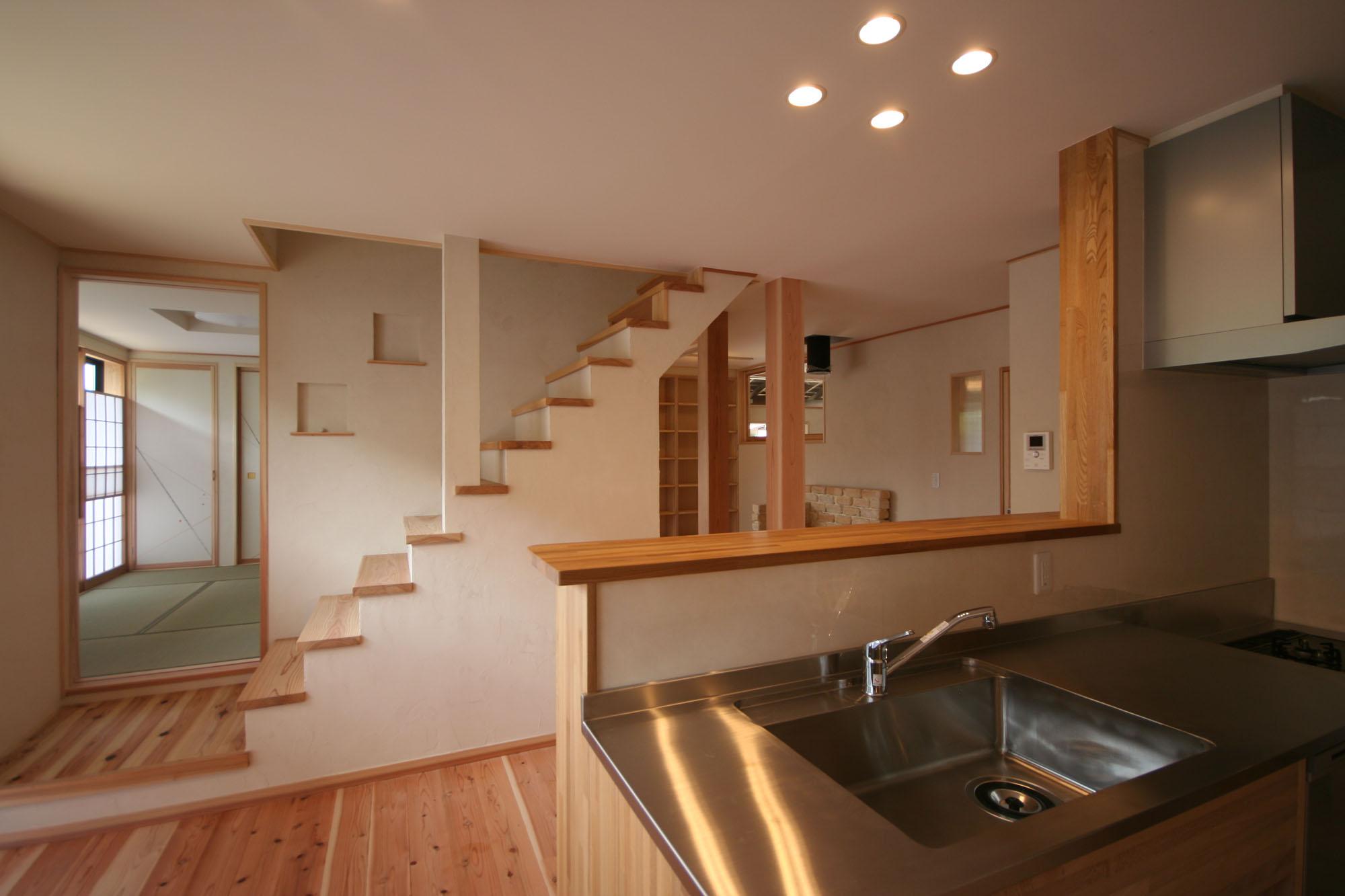 広い空間の中央に階段を設けました。の写真