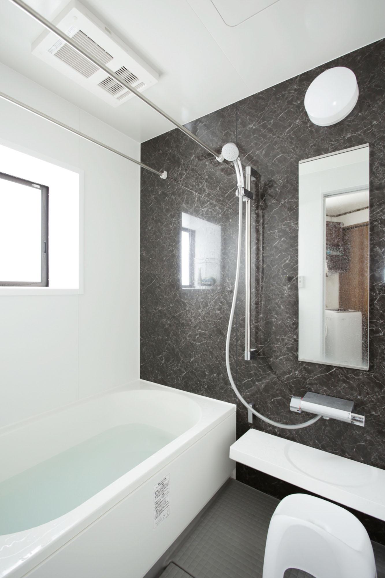 光も風も入る浴室です。の写真