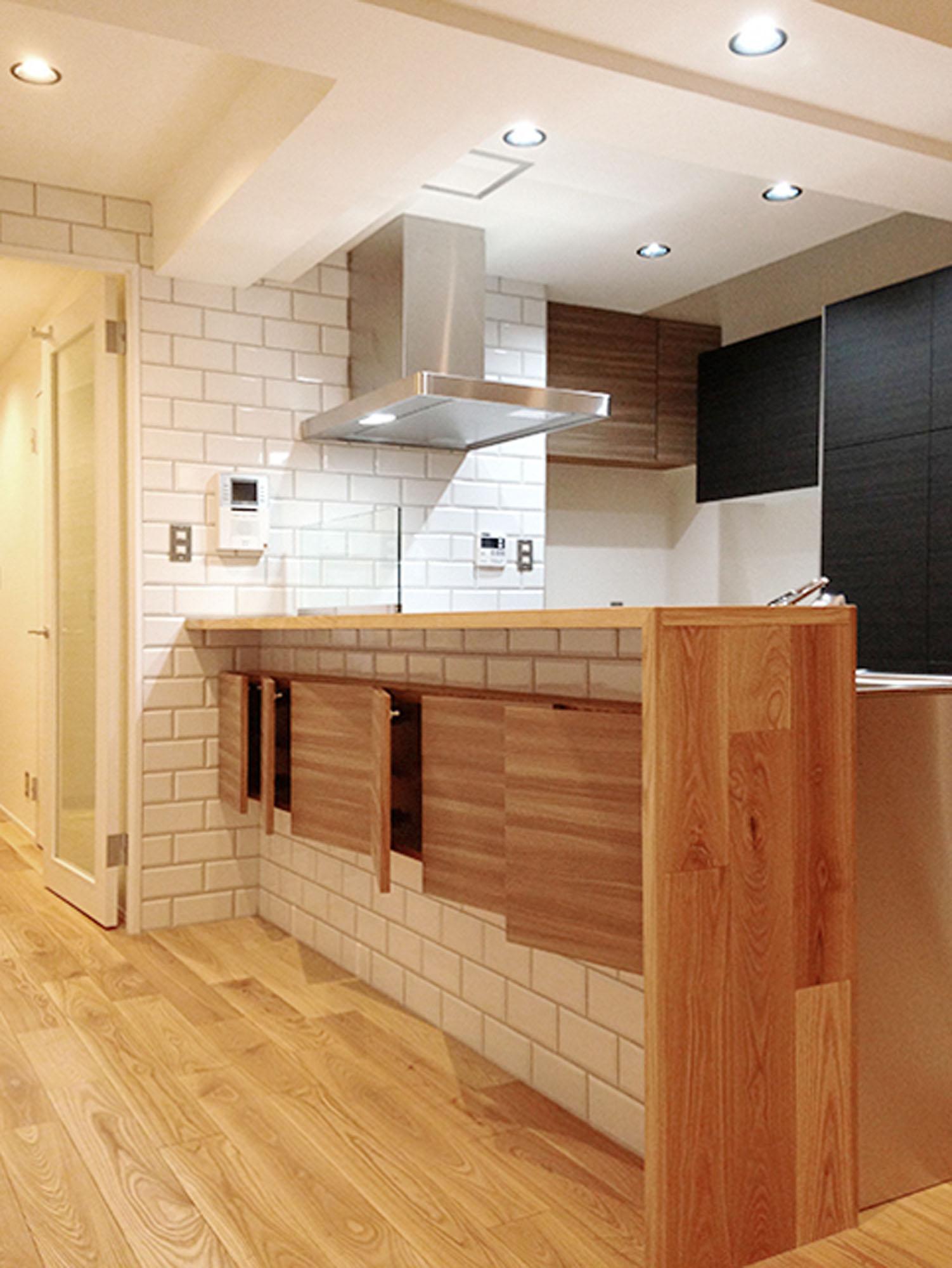 木と白いタイルのキッチン。の写真