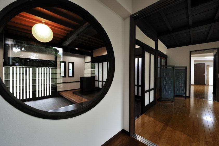 丸窓から玄関。の写真