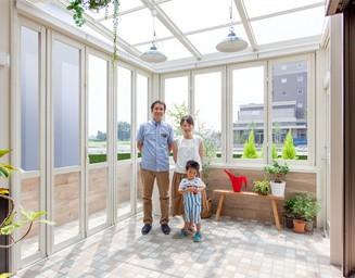 明るいガーデンルームは家族みんなのお気に入り。の写真