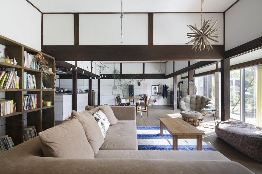 将来のためにと買っておいた家具がとけ込むリビング。の写真