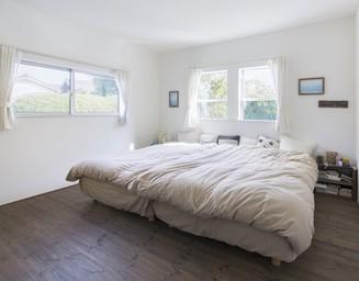 東と北の二面採光で明るいベッドルーム。の写真