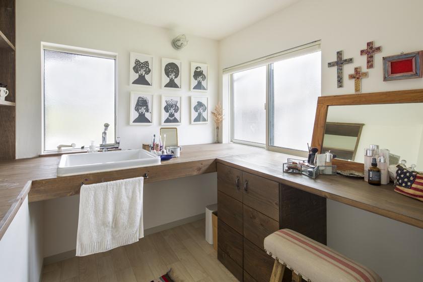 奥様のセンスが細部にまで活かされた広い洗面室。の写真