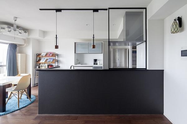 空間を引き締めるキッチン。小物にもこだわりが。の写真