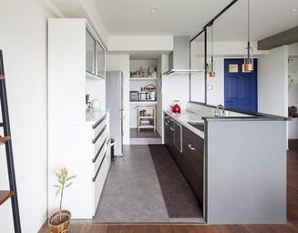 広々キッチンは便利なパントリーも備えています。の写真