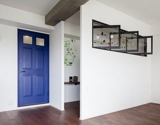 リビングに変化を付けるブルーのドアとDENの存在。の写真