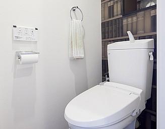 本棚プリントの壁紙で落ち着けるトイレ空間。の写真