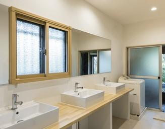 ゆったり、快適な洗面室。の写真