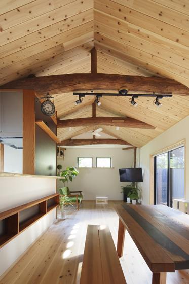 風格ある丸太梁を活かした勾配天井。の写真