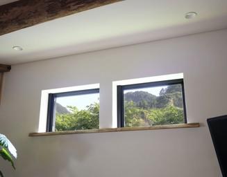 断熱材で厚みの出た壁を活かし、窓に飾り棚を。の写真