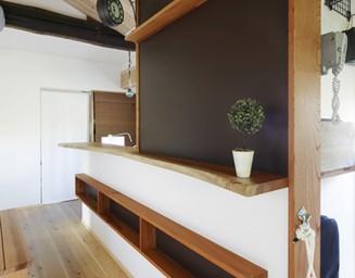 キッチンの壁を利用した黒板仕様の掲示板。の写真