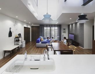 リビングの家族がいつも視界に入るキッチン。の写真