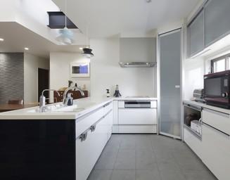 広いキッチンには、高機能装備が盛り込まれています。の写真