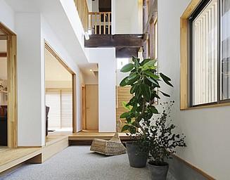 広い玄関庭は、家の外と中をつないでいます。の写真