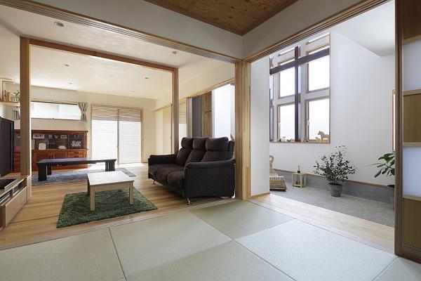 間仕切りを開けると、玄関庭と一体の広大な空間が。の写真