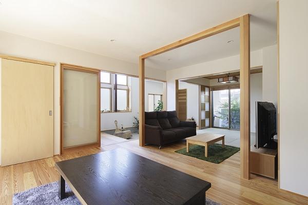ひと目でキッチンから玄関が見渡せ安心な造りに。の写真