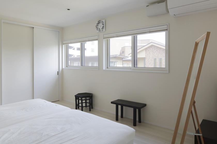 寝室は「落書きOK」の白い壁。の写真
