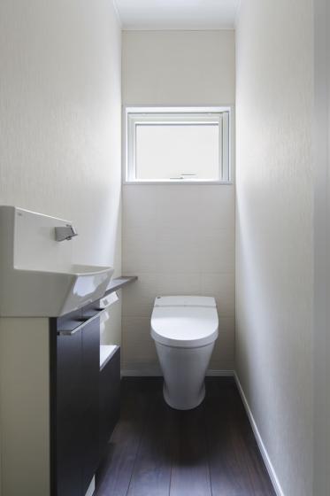 窓の大きな明るいトイレ。の写真