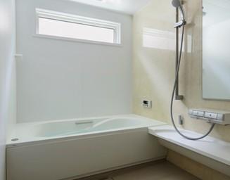 浴室は窓位置を高くして視線に配慮。の写真