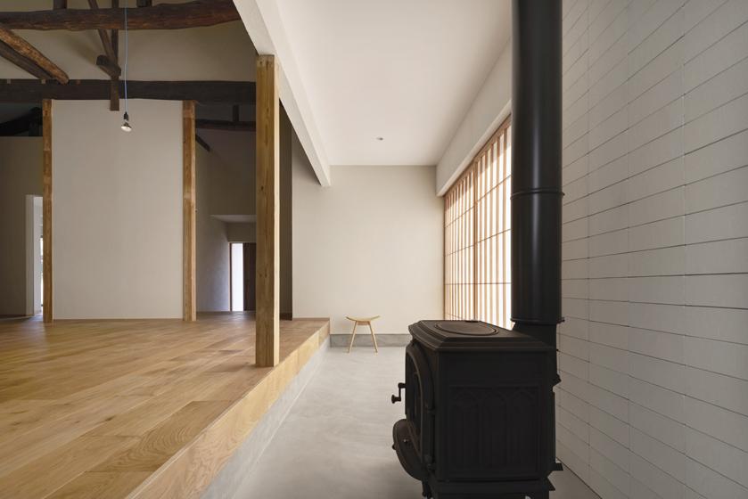 薪ストーブの設置場所はコンクリートの土間。の写真