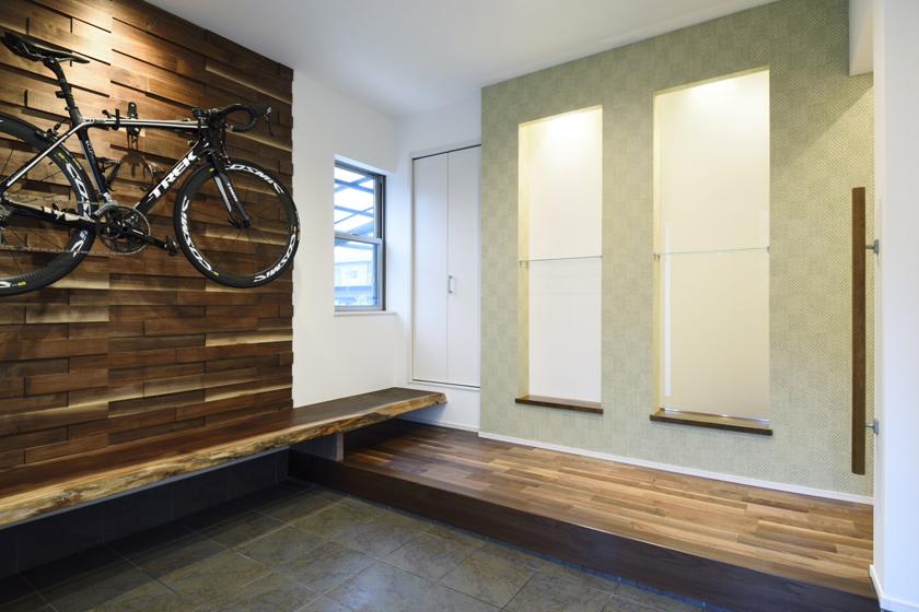 ご自慢のロードバイクは玄関に。の写真