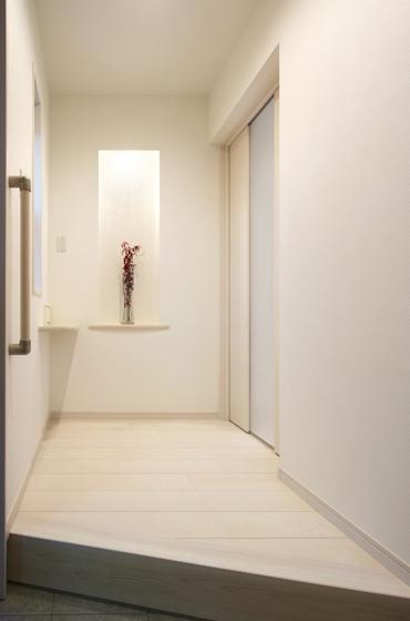 洗練された玄関ホール。の写真