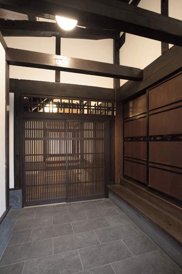 通り土間の玄関。の写真