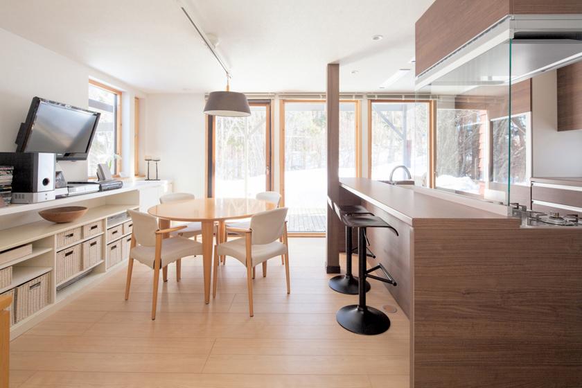 自然に囲まれたダイナミックなダイニングキッチン。の写真